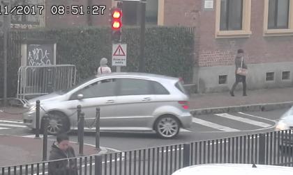 Trezzo: auto cerca di beffare il dissuasore mobile e finisce per speronarlo LE FOTO