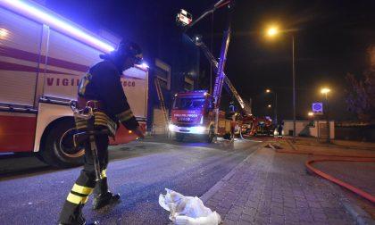 Incendio a Lissone domato nella notte dai pompieri