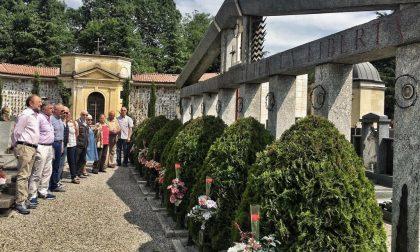 Le corone dei partigiani rubate al cimitero tornano al loro posto