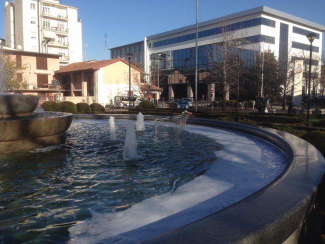 Lissone, carrello della spesa nella fontana