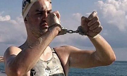L'uomo delfino tenta l'impresa ammanettato