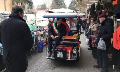"""Il sindaco di Vimercate """"soccorso"""" con la mini ambulanza al mercato VIDEO"""