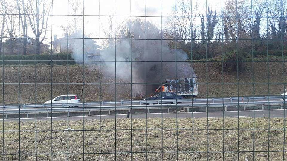 Milano-Meda, circolazione difficoltosa per camion in fiamme a Lentate