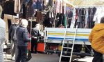 Vendeva al mercato senza autorizzazione, sequestrati 731 capi d'abbigliamento