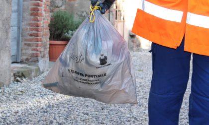 Comune consegna i sacchi della spazzatura