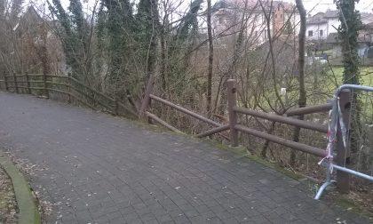 Staccionata distrutta dai vandali