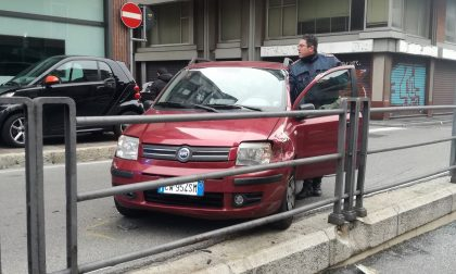 Incidente auto finisce contro la balaustra del tunnel