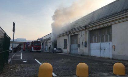 Incendio nel deposito della ditta di stoccaggio rifiuti a Besana FOTO