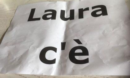 """Auto tappezzate con la scritta """"Laura c'è"""": è mistero sull'autore"""