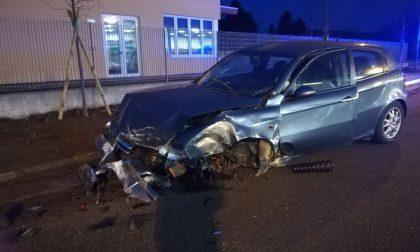 Schianto all'alba a Camnago, auto finisce contro un palo