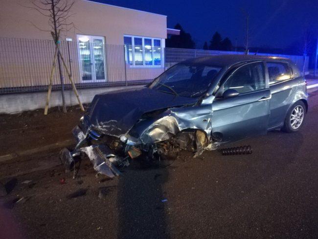 Schianto all&#8217&#x3B;alba a Camnago, auto finisce contro un palo