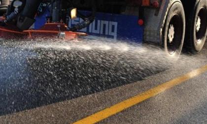 Emergenza neve in azione i mezzi spargisale su Monza e provincia