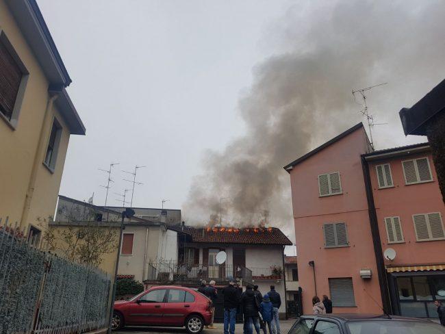 Incendio a Verano a fuoco il tetto di una abitazione FOTO E VIDEO
