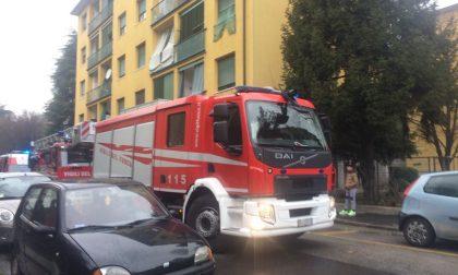 Scoppia incendio sul balcone: paura per una donna in casa