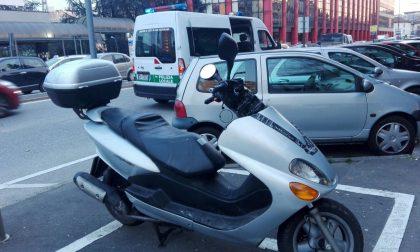 Scooter scivola sull'asfalto e investe pedone: due feriti