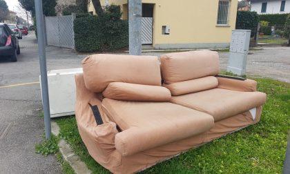 Rifiuti abbandonati: in via D'Azeglio anche un divano