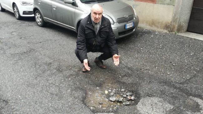 buche in strada