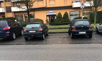 Residenti arrabbiati per il parcheggio selvaggio senza strisce