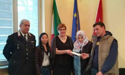 Riconsegna portafoglio con mille euro: egiziano in Comune dal sindaco