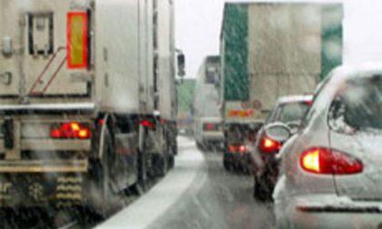 Continua a nevicare: traffico in tilt sulla SS36