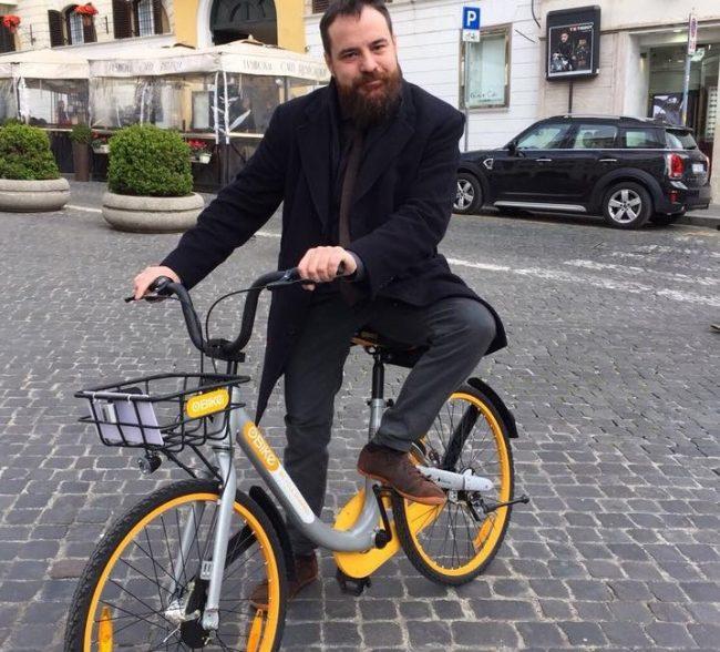 Taxi o bus? Il senatore Pd Rampi sceglie la bicicletta