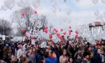 Bimbi vittime delle mafie: a Besana gli studenti liberano in cielo centinaia di palloncini VIDEO