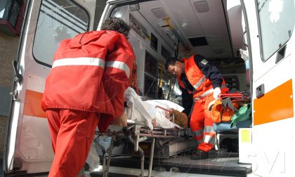 Intervento dell'ambulanza a Seveso per un infortunio sul lavoro