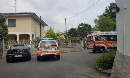 Uomo ferito all'addome: ambulanza e carabinieri  in via Viganò