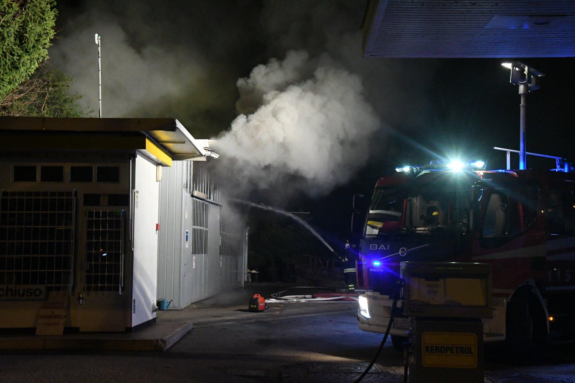 Monza, incendio doloso a un distributore di benzina: bruciate un'officina e un'auto