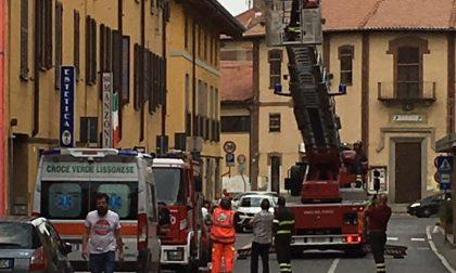 Lesmo uomo in barella trasportato in casa grazie ai Vigili del fuoco