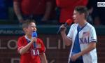Che spettacolo i fratellini lesmesi che cantano l'inno americano VIDEO