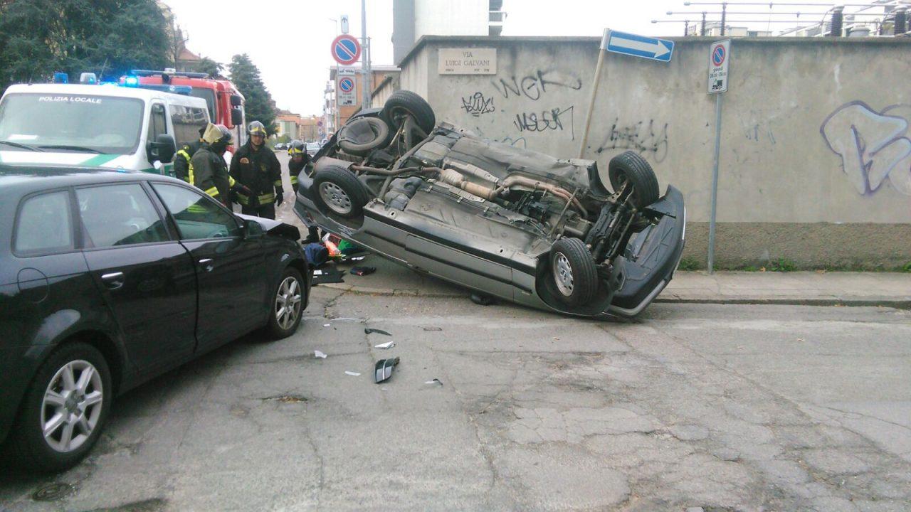 Auto ribaltata a Monza, tre oicnvolti ma due rifiutano il trasporto in ambulanza.  Auto ribaltata in via Galvani  Incidente con feriti lievi ieri, Pasquetta, attorno alle 1,8 all'incrocio fra le vie Pacinotti e Galvani, in zona Borgazzi.  Soccorso dal 118 l'unico occupante della BMW, mentre le due persone a bordo dell'Audi, due italiani sessantenni, hanno alla fine rifiutato l'intervento dei sanitari.    Non è chiara la dinamica, ma in seguito allo scontro, la Bmw s'è ribaltata. Pare comunque che sia stato quest'ultimo mezzo a bbruciare uno stop, venendo colpito lateralmente dall'Audi proveniente da via Guerrazzi.