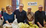 Trezzo sindaco Giunta amministratori impegnati nella consegna dei sacchi per la differenziata