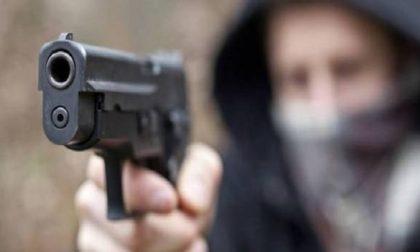 Armato di pistola rapina la farmacia