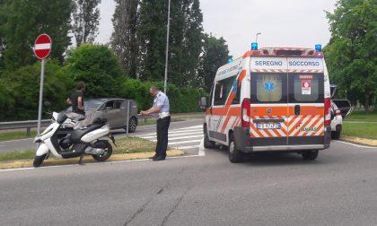 Scontro tra un'auto e una moto a Giussano, ferito un centauro