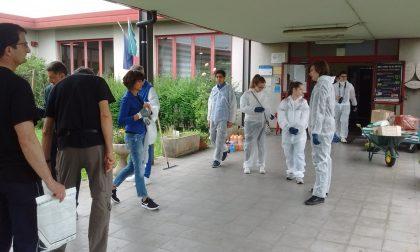 Studenti, genitori e prof puliscono la scuola