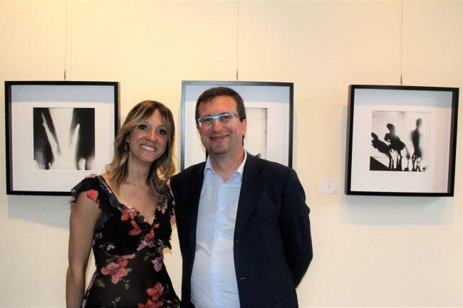Pittura e fotografie nella mostra di Chiara Cesana