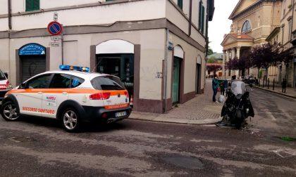 Motociclista travolto da un'auto in via Lecco