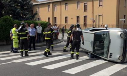 Auto ribaltata all'incrocio, due bambini soccorsi FOTO