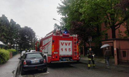 Il telefono di casa squilla a vuoto e il marito chiama Vigili del fuoco e Carabinieri