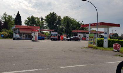 Rapina al distributore: ferita con un coltello la benzinaia FOTO