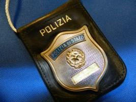 Si finge poliziotto e perquisisce gli stranieri in stazione
