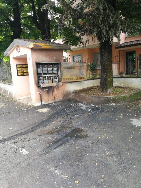 A Seregno auto in fiamme nel quartiere Crocione