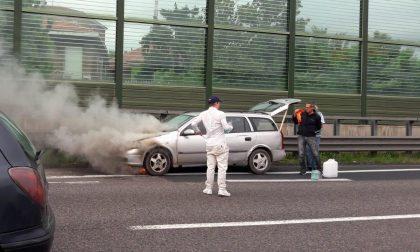 Auto prende fuoco in A4: traffico in tilt