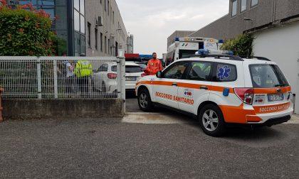 Ambulanza e auto medica in via Rossi ad Arcore