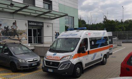 Malore allo store di Adidas, arriva l'ambulanza