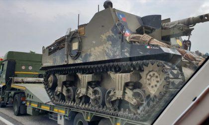 Un carro armato in Valassina, curiosità tra gli automobilisti