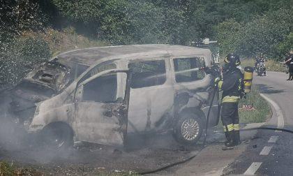 Furgone in fiamme sulla Novedratese, traffico in tilt a Giussano