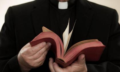 Parroco nudo in sacrestia finisce su una app di incontri gay