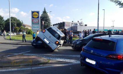 Incidente in via Diaz a Nova Milanese auto finisce sopra un'altra e resta in bilico